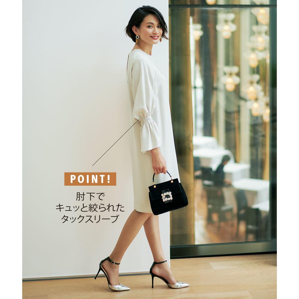 白の袖コンシャスワンピースファッションコーデ
