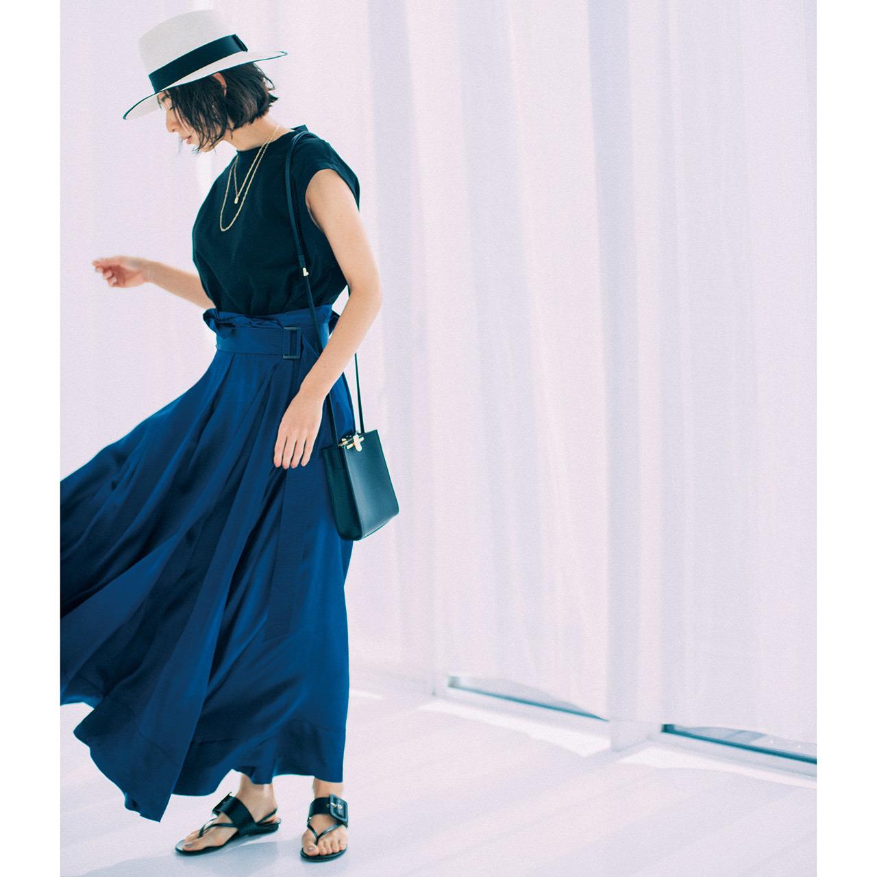 ツヤ素材のラップスカート×カットソーコーデを着たモデルの小泉里子さん
