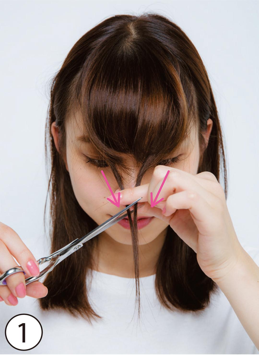 ①はらり触角をカットでも作る! 基本のカット①の前に、おでこ両端の毛束を取って中央に集め、鼻下の長さでハサミを縦に入れてカット。これが、顔を包むはらり触角になる!