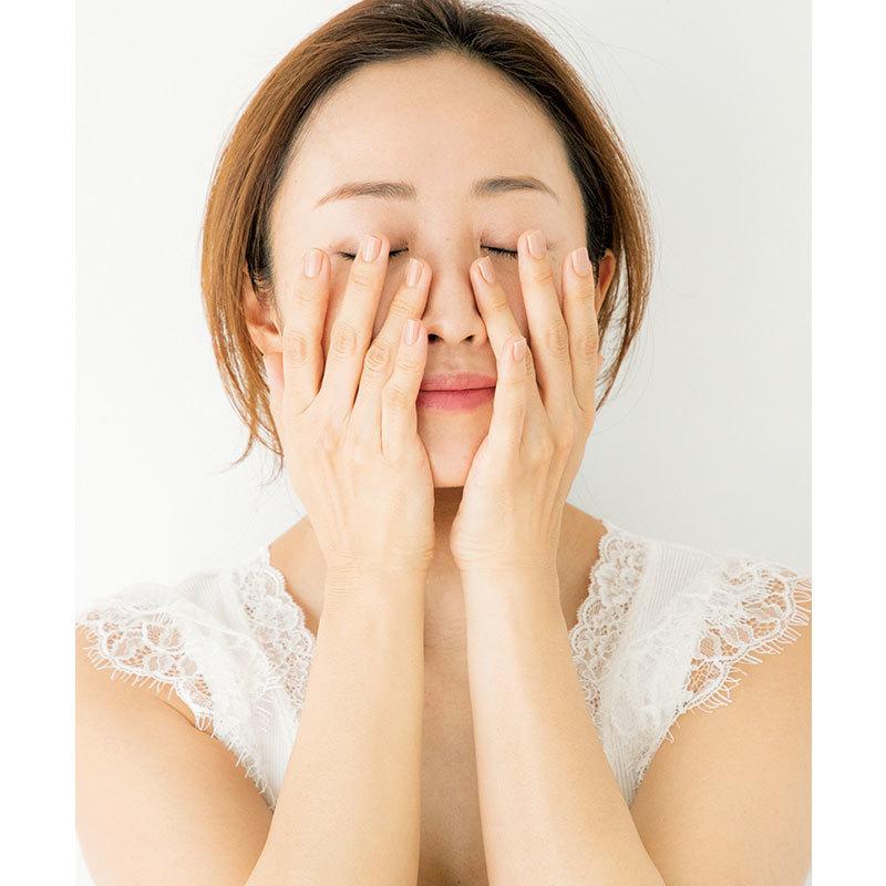 3.手の熱を肌の中心に伝える気持ちでハンドプレス。手の位置を少しずつ変えていく
