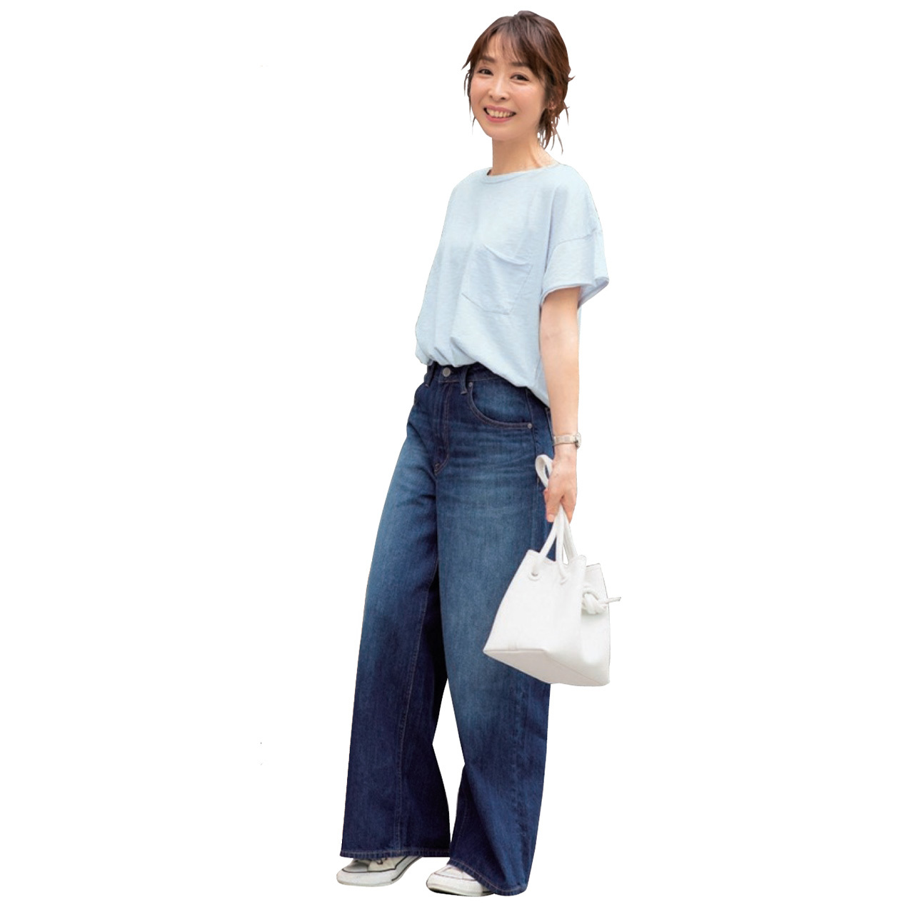 Tシャツ×デニムパンツコーデを着たAkaneさん