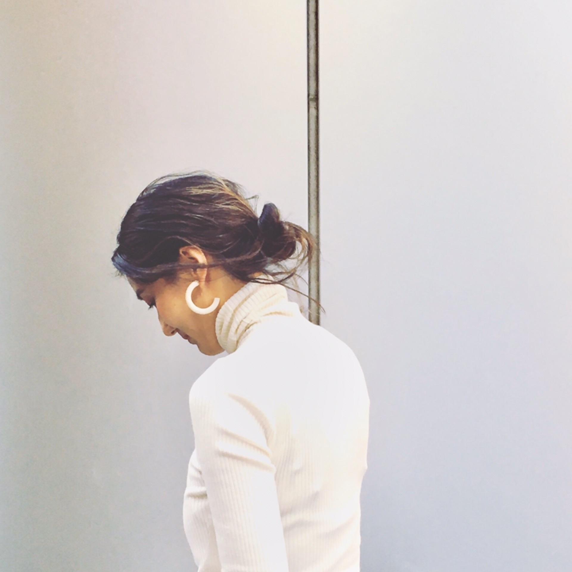 直毛黒髪の私がこなれ無造作ヘアを作るために毎日5分やっていること【エディター坪田あさみのおしゃれと暮らしと時々名品 #03】_1_2