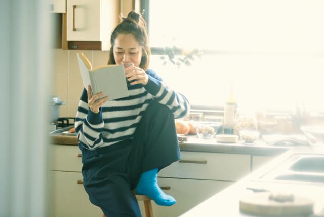 本を眺める富岡佳子