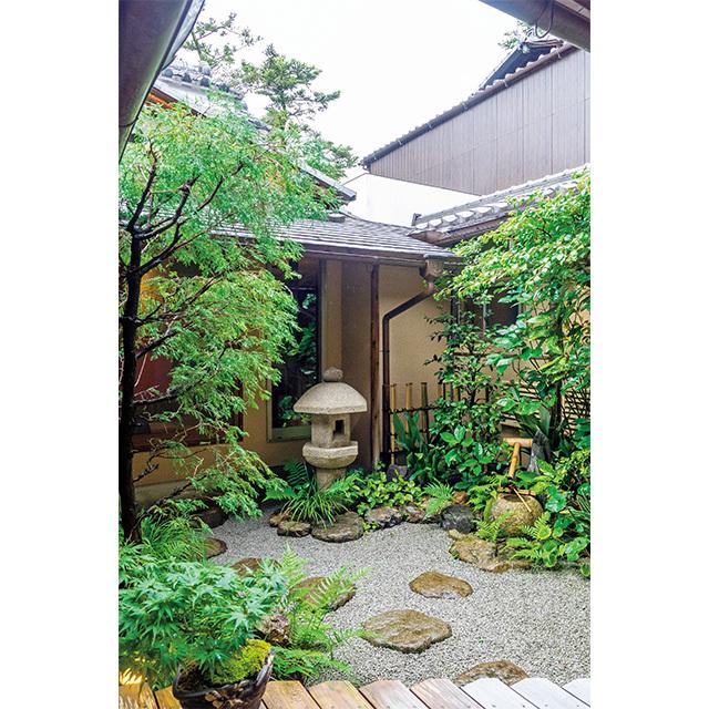 個室やカウンター席からも手入れの行き届いた庭を望める
