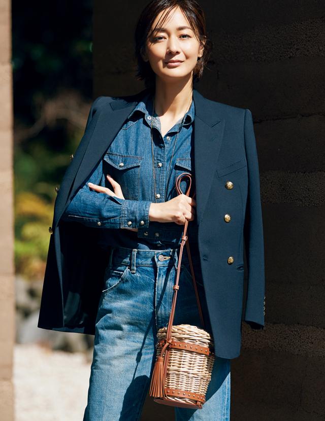 セリーヌのかごバッグとジャケットとデニムを着こなした富岡佳子