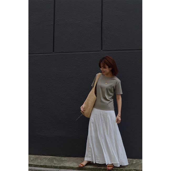 松村純子 カーキグレーTシャツ×白スカートコーデ