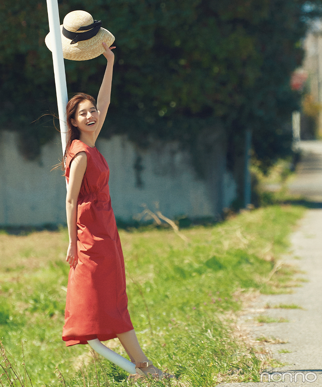 新木優子は陽射しが映える真っ赤なワンピで夏の主役!【毎日コーデ】
