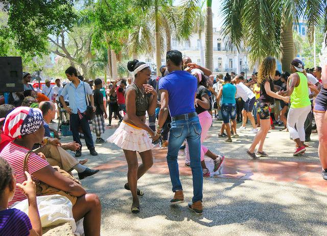 キューバ ハバナ市内でサルサを踊る男女(Shutterstock)