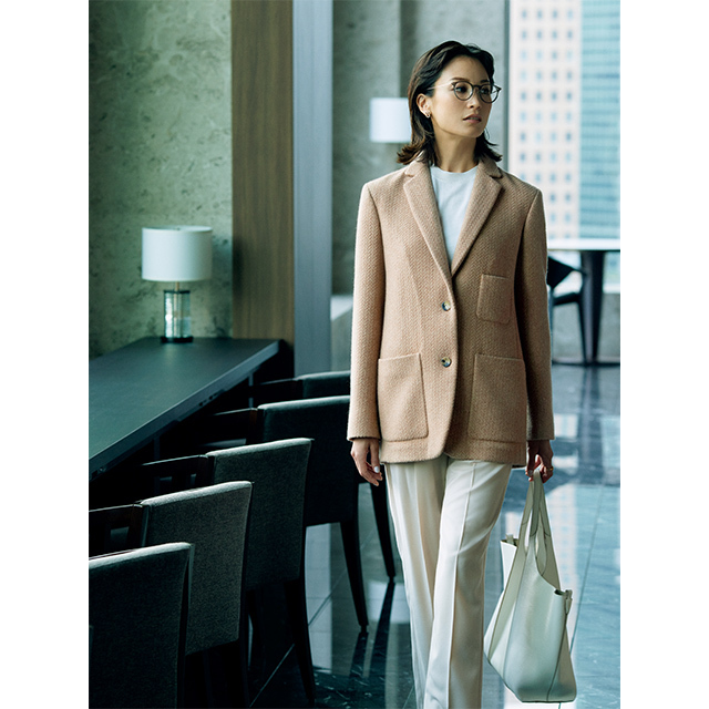 柔和な女性像を演出する ハチミツ色ジャケットは、 落ち感が美しいカシミヤ製
