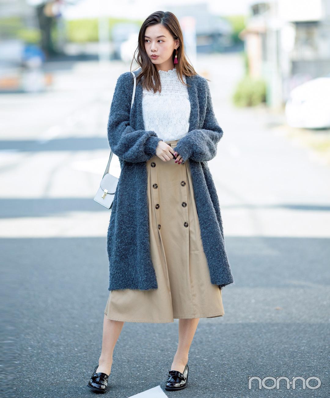 【ローファーコーデ】トレンチスカートにはボタンなしのガウンが最適