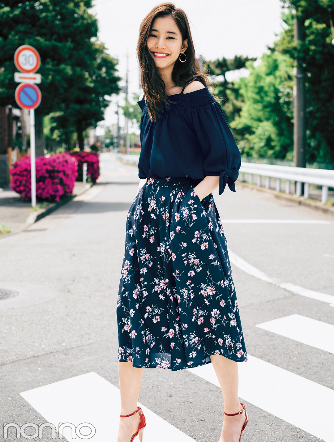 濃い色花柄スカートで、大人っぽくスタイルUPしたいときのポイントは?_1_4
