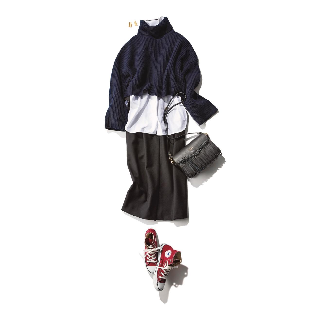 ファッション ネイビーのショートニット×黒スカートコーデ
