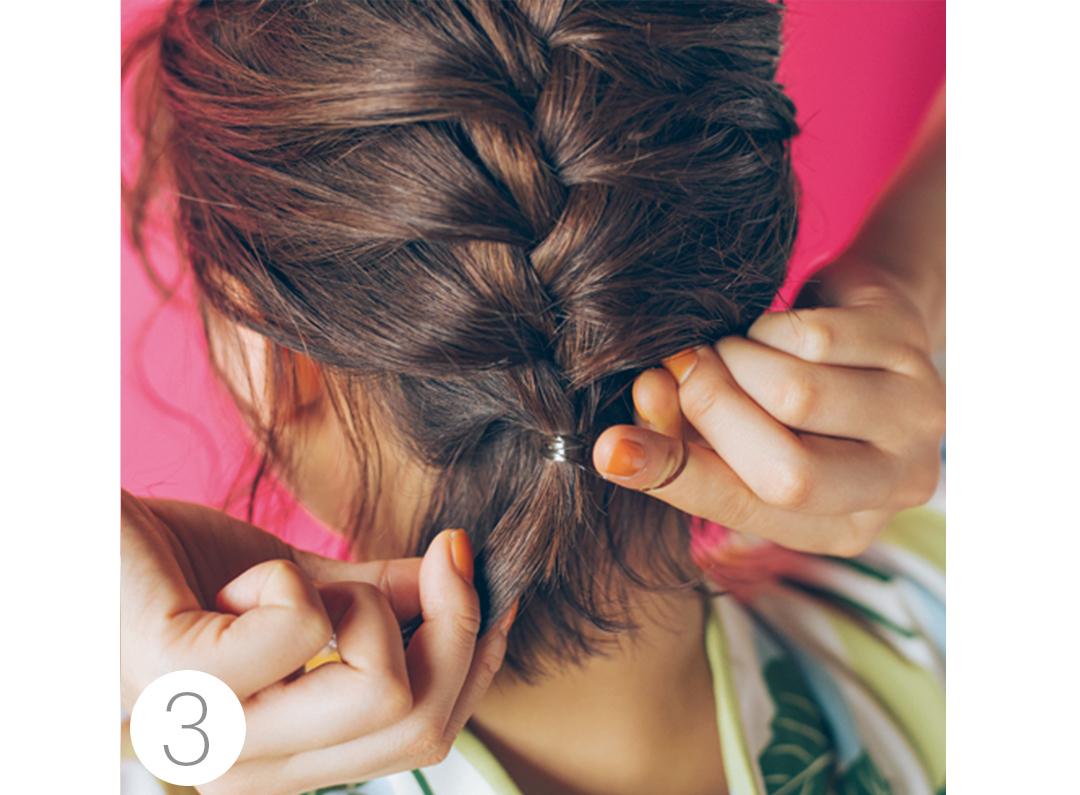 最後まで編み込みをしたら、短くて結べない髪を残しゴムで結ぶ。残した髪はニュアンスになるのでこのままでOK。髪飾りをつけ完成。
