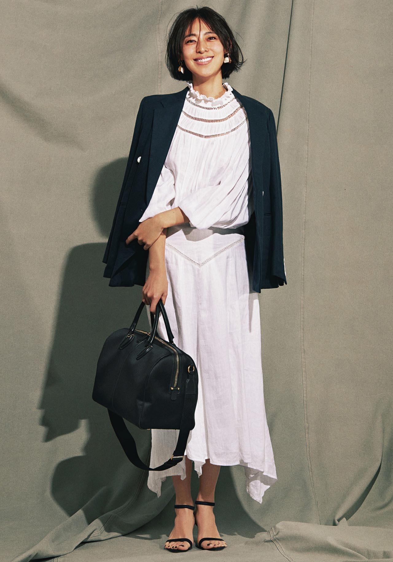 ジャケット×白のリネンワンピースコーデを着たモデルの小泉里子さん