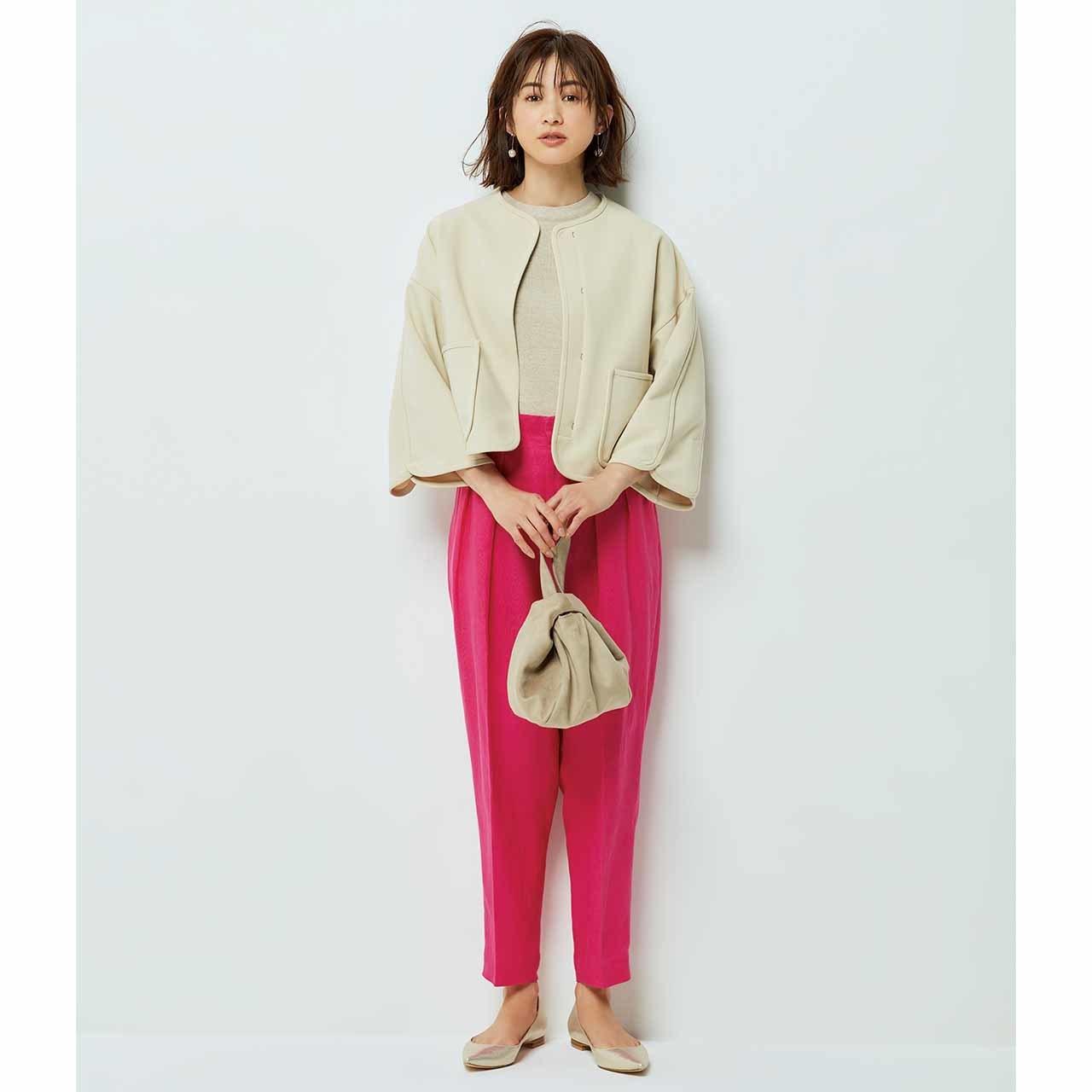ノーカラージャケット×ピンクのパンツコーデを着たモデルの高垣麗子さん