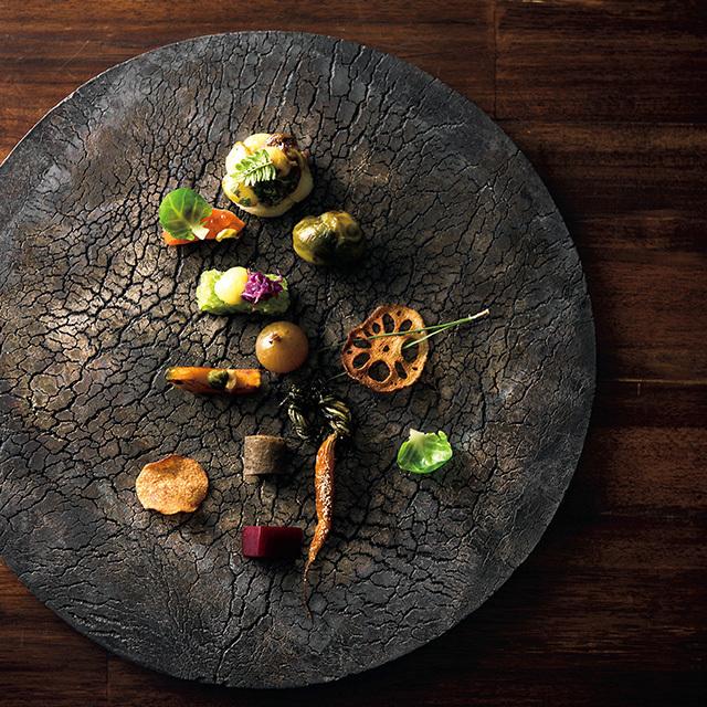 夕食の最初のひと皿は、道産さつまいも、鱒の燻製、芽キャベツ、玉ねぎの黒酢漬けほか、秋の野菜をふんだんに。器はにしだゆか作。