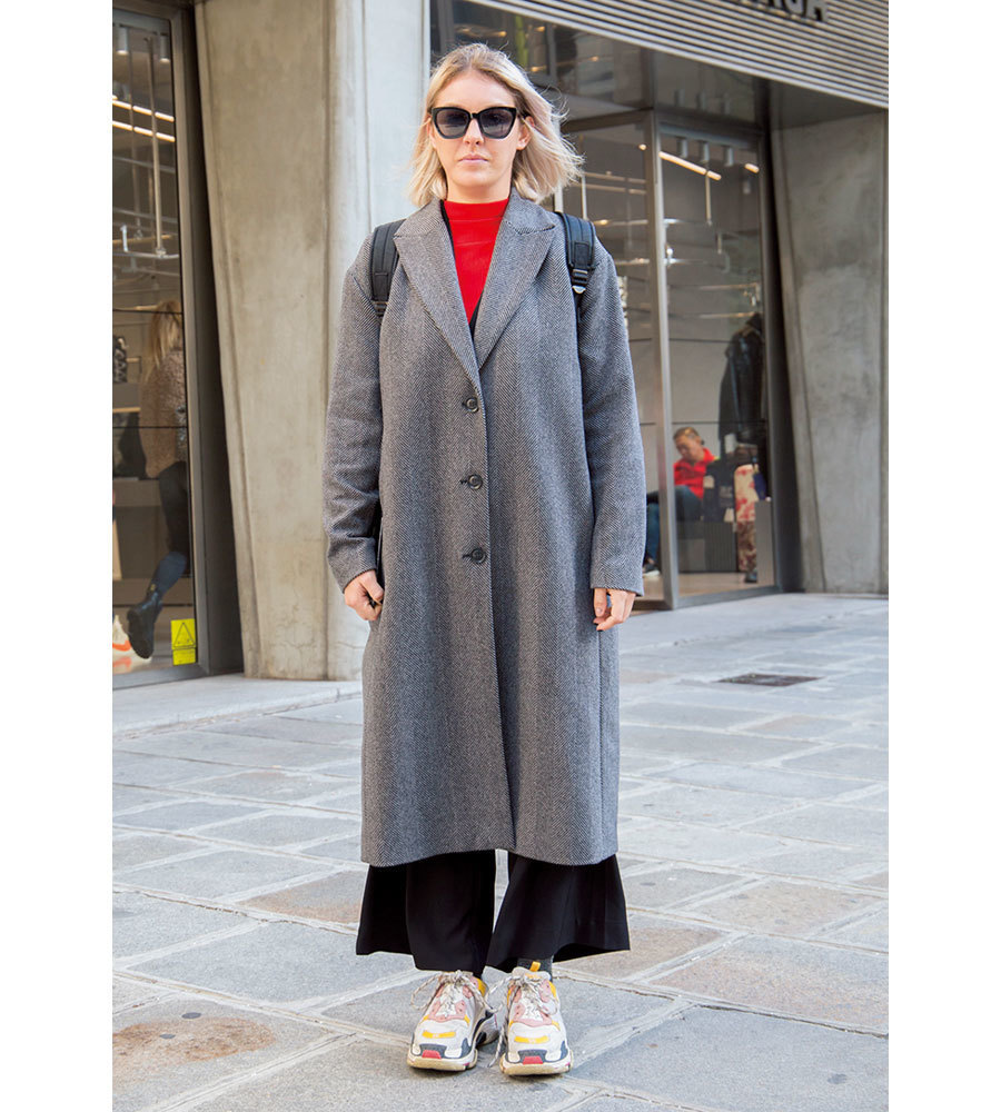 赤ニット×ロングコートのファッションコーデ