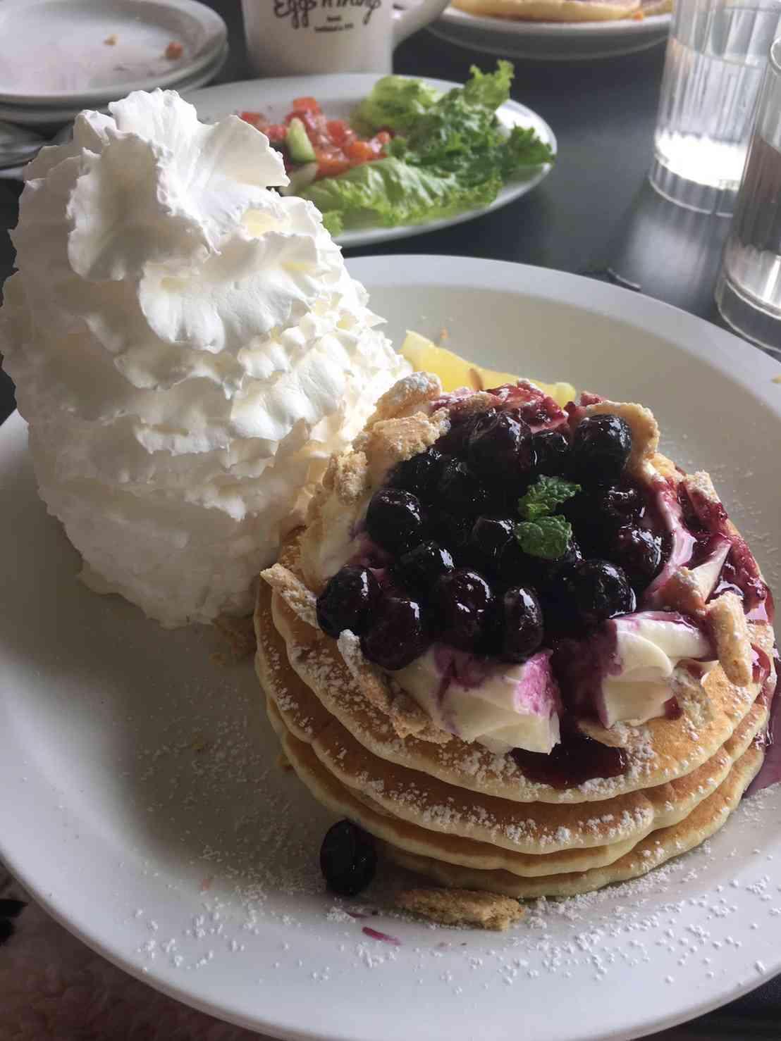 Eggs 'n Things♡【期間限定】ブルーベリーレアチーズパンケーキ_1_1