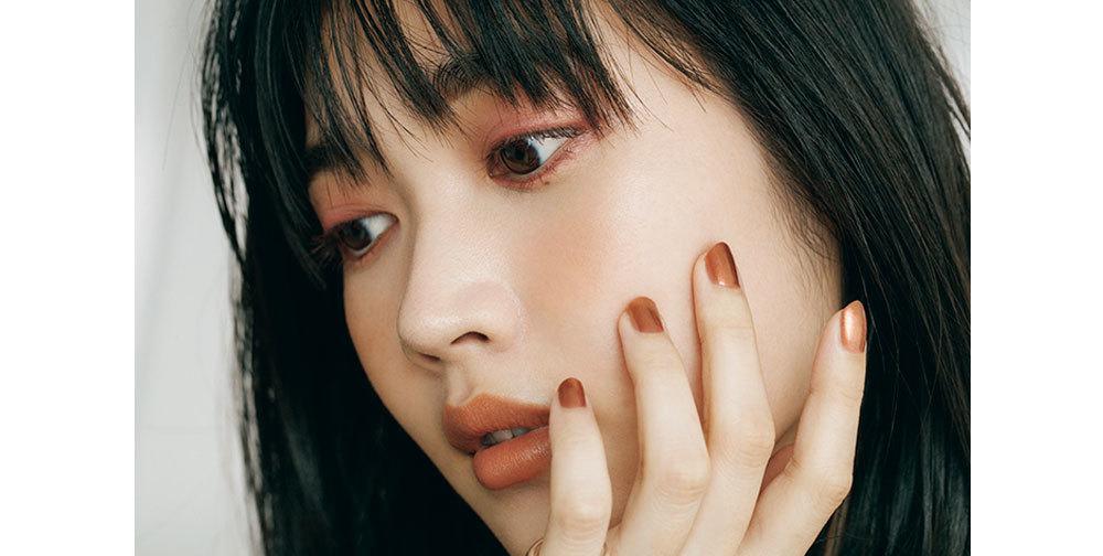 モデル/林田岬優 秋新色イチオシアイテム② CHEEK & NAIL  頰のなじみ血色 と指先の メタリックカラー