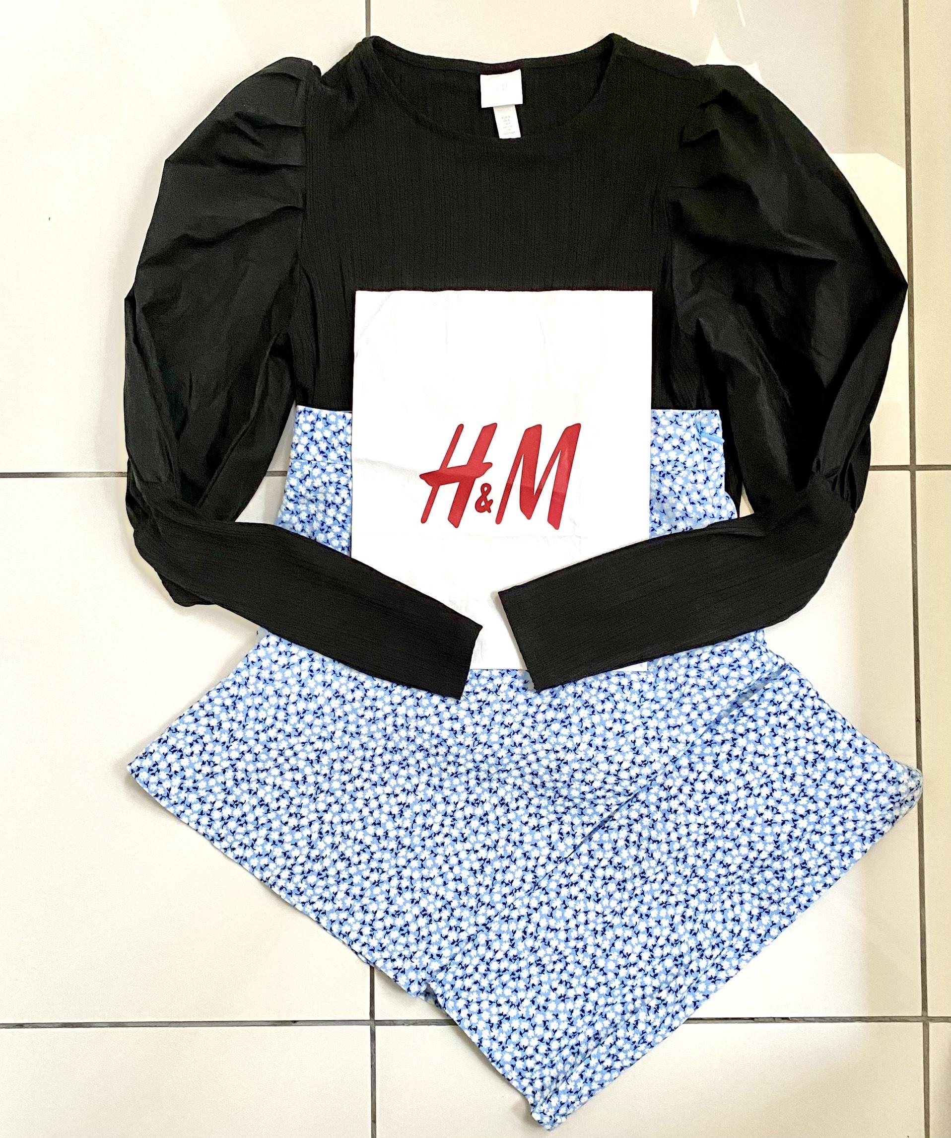 黒のトップスとブルー系小花柄スカート