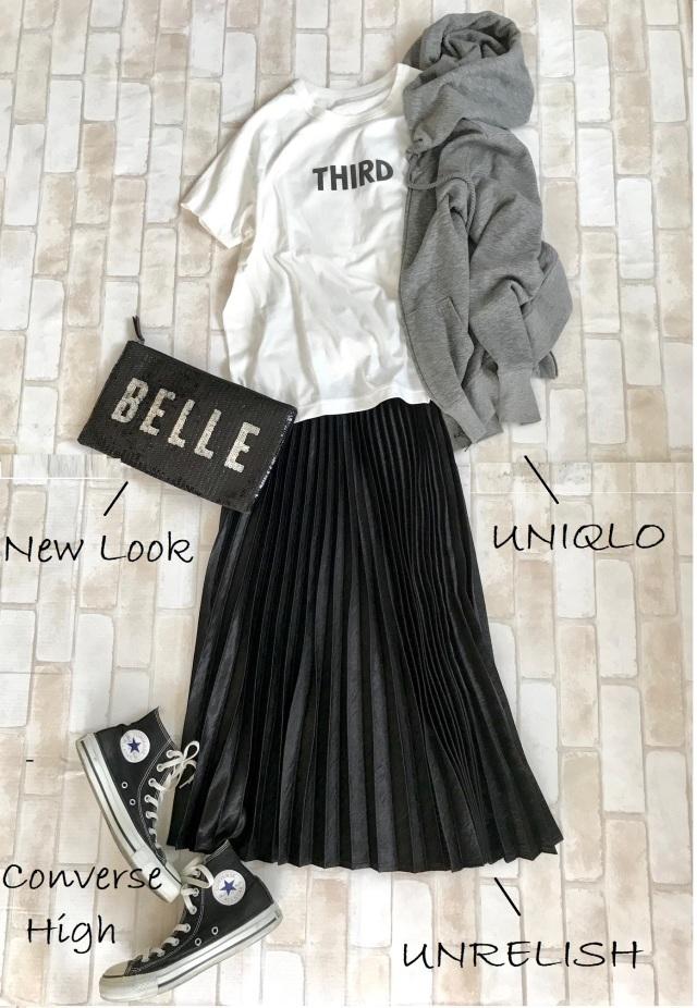 黒コンバース ハイカットスニーカー×Tシャツ&プリーツスカートのファッションコーデ