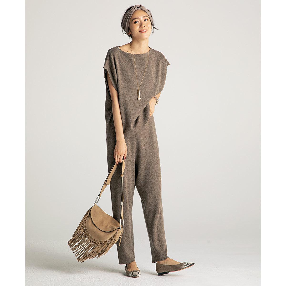 進化形ニットセットアップ×フラットシューズコーデを着たモデルの竹内友梨さん