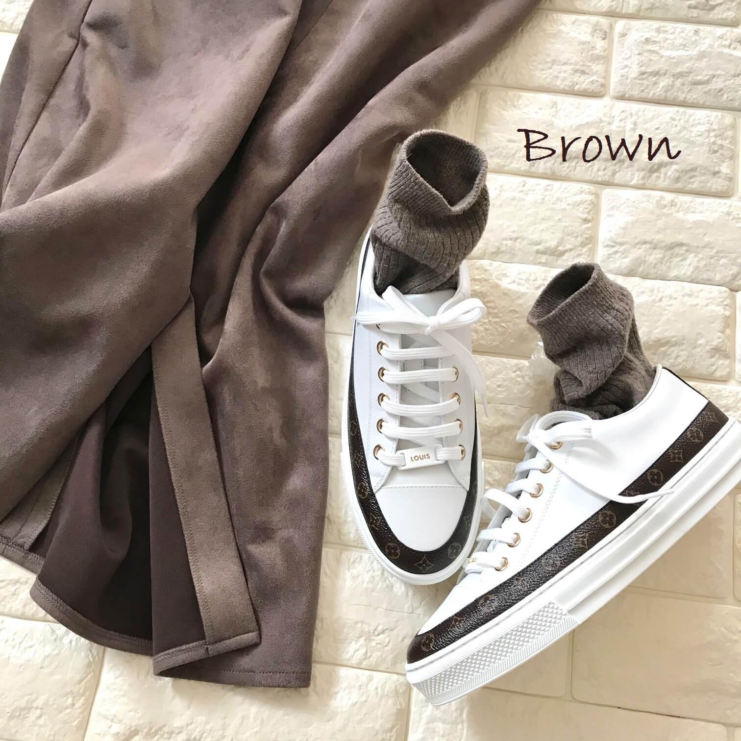 ルイヴィトンのスニーカーとブラウンのスカートを合わせた画像