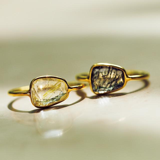 細いアームと石のバランスが美しいマリハのリング