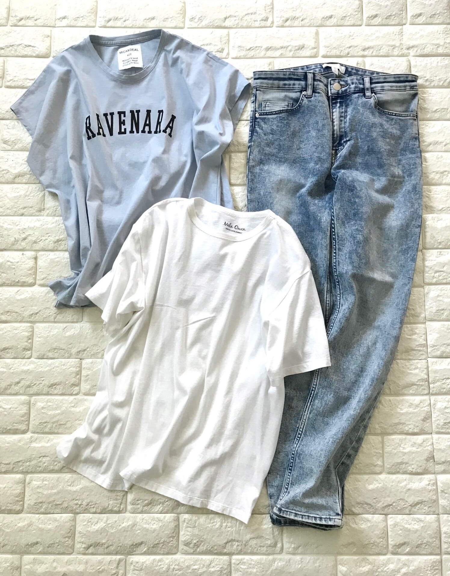 デニムに白とブルーのTシャツを合わせた画像