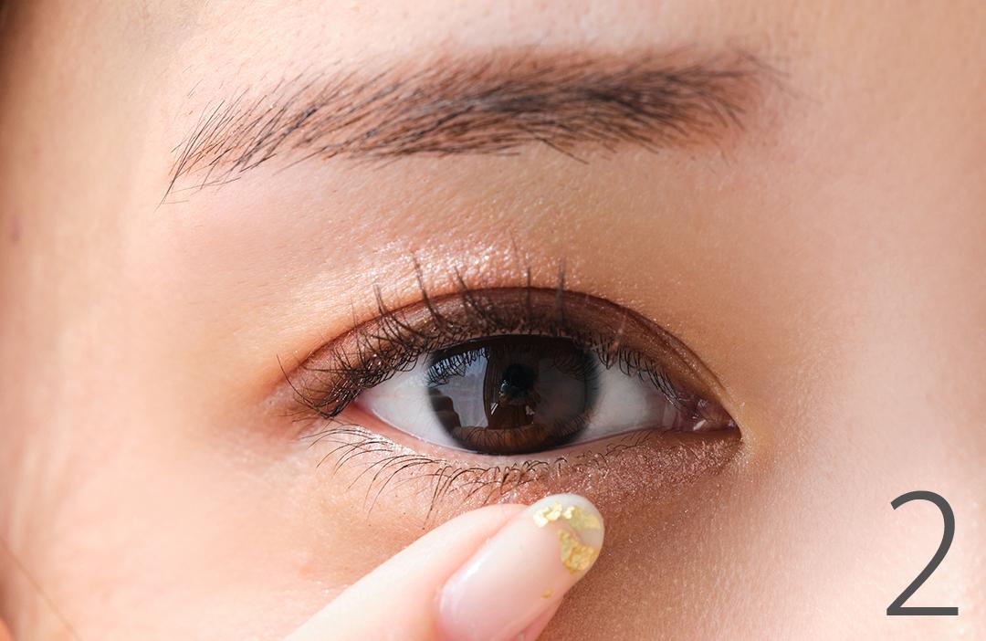 2 Aを小指でとって下まぶたの目頭~中央にON。白目をキレイに、瞳をつやんと見せる効果を狙える。