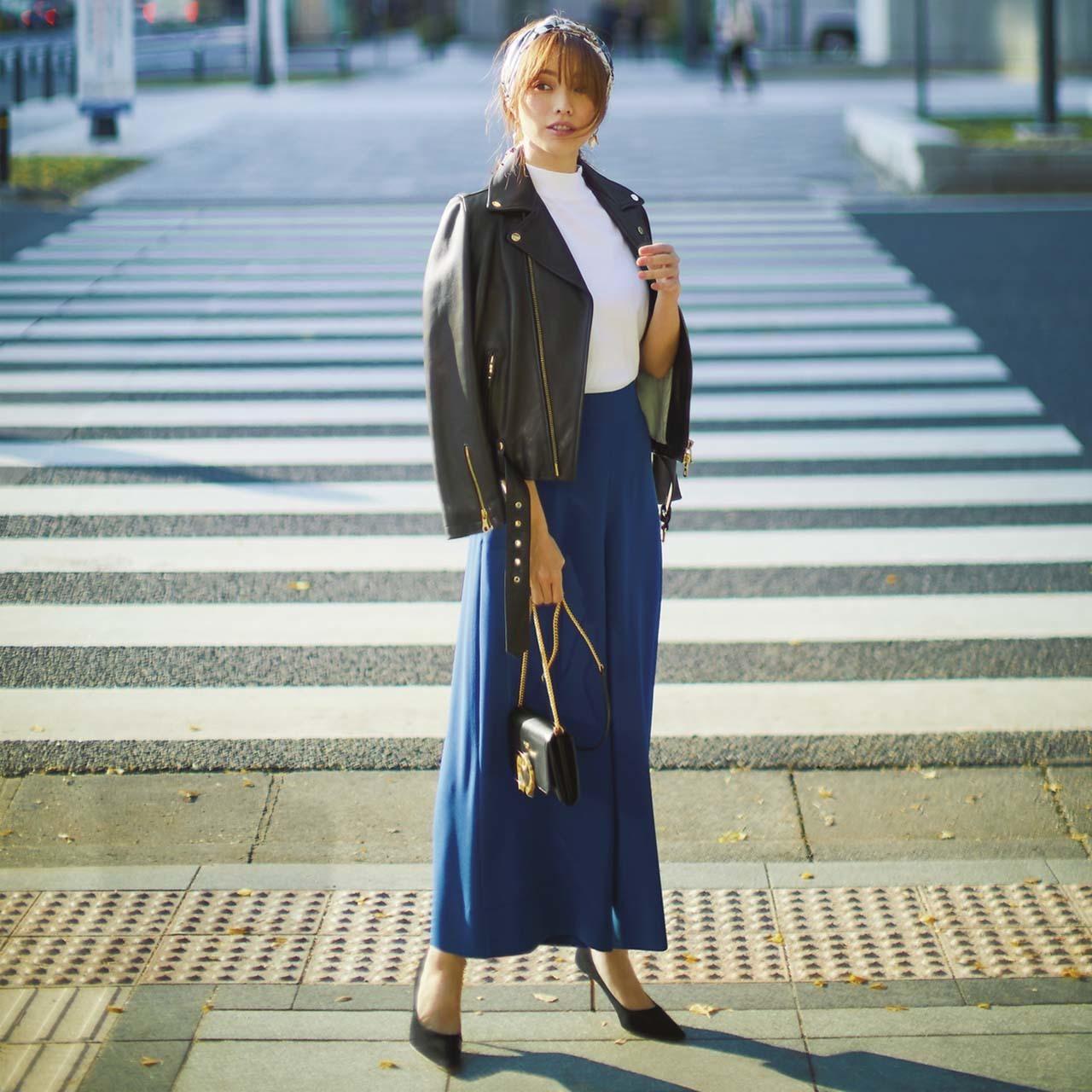 レザージャケット×ブルーのパンツコーデを着たモデルの蛯原友里さん