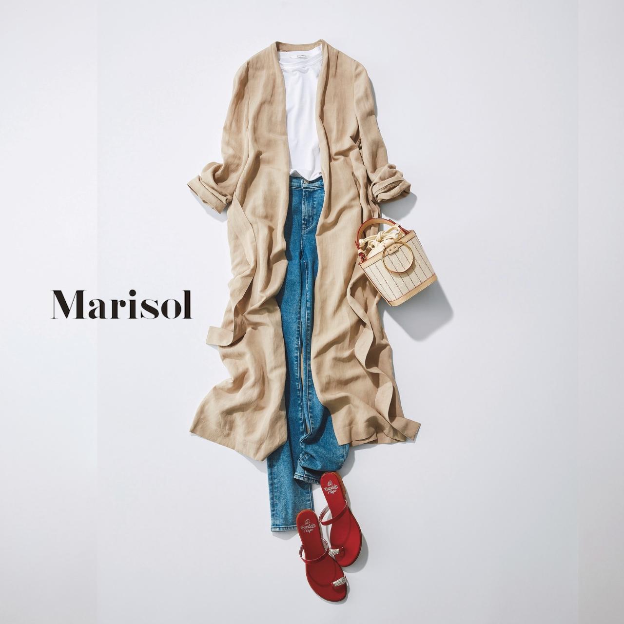 40代ファッション ベージュガウン×Tシャツ×デニムパンツコーデ