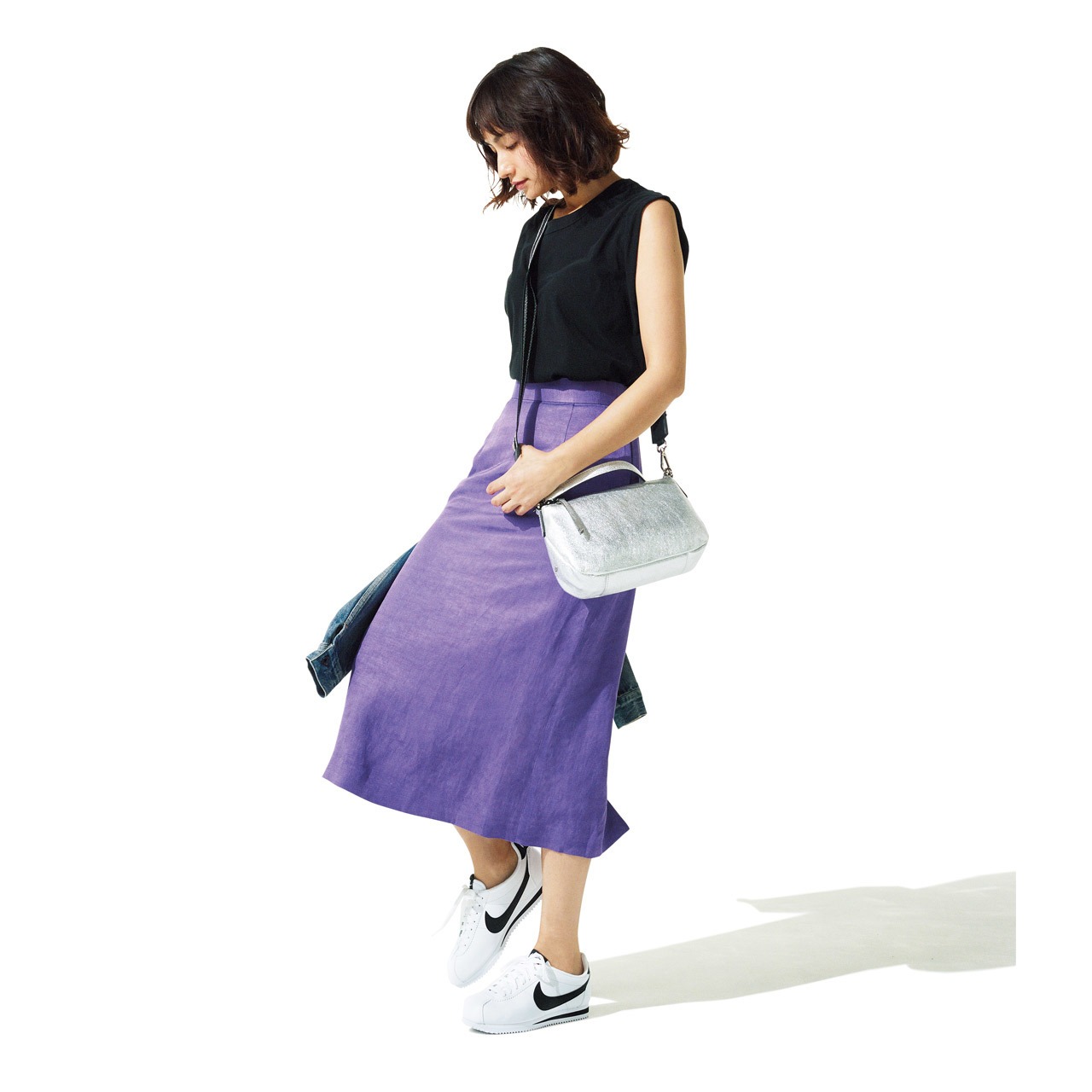 堅く見えがちなタイトスカートには、スニーカーで足もとに抜け感を。