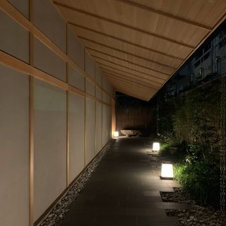 新宿の大都会の中、モダンな空間で温泉を楽しむ。温泉旅館 由縁新宿。