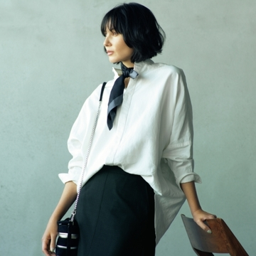 スカートスタイルにも映える白バンドカラーシャツ2選【春の新定番はバンドカラーシャツ】