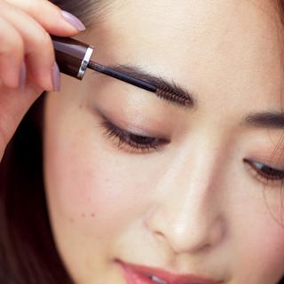 令嬢風のクラシカルな眉が旬。やや短めの角度眉で清潔感を