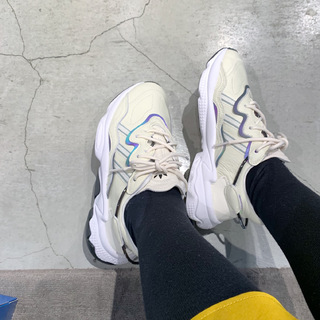 【adidas】白レザーのきれいめハイテクでスニーカーコーデを更新