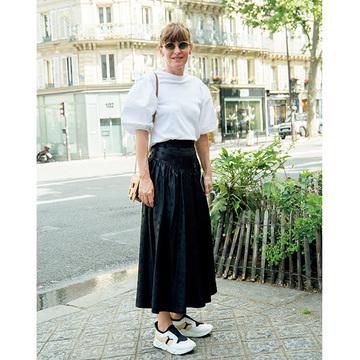 ひねりの効いたデザインが印象的! パリ&ミラノのマダム「白トップスコーデ」 五選