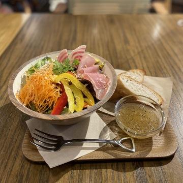 「the FarmUNIVERSAL」店内カフェのサラダランチ
