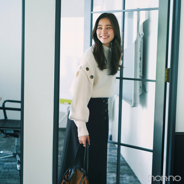 新木優子はちょいゆる白ニットとミディスカートで大人っぽく【毎日コーデ】