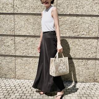 シンプルでも主役級なブラックスカート