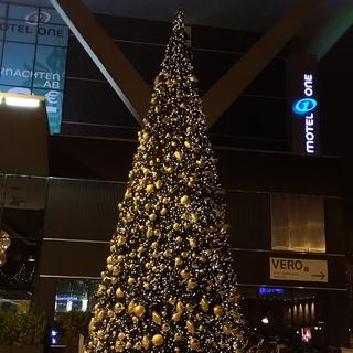 今年のウィーン西駅の巨大クリスマスツリー