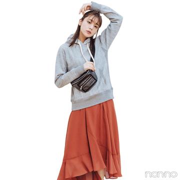 きれい色スカートはパーカと合わせて甘めカジュアルに【毎日コーデ】