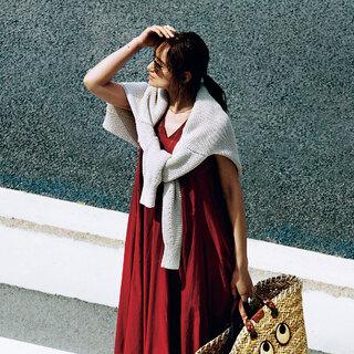 一枚さらっと着るだけで、このうえなくドラマティック。この夏「ブリックレッド」のドレスを選ぶ理由