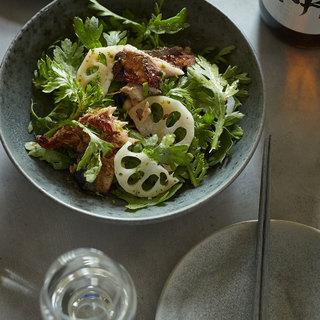 食感も楽しい、すだちが香る春菊のおつまみサラダ【平野由希子のおつまみレシピ #64】