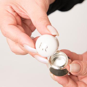 ヘレナ ルビンスタインの限定アイマッサージャーは中にお水を入れて使う仕組みに。