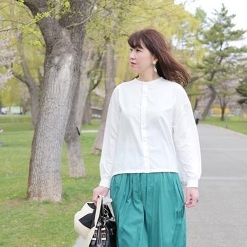 白ブラウスにきれい色スカートを合わせて