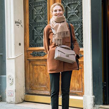 バッグは重心高め&斜めがけで脚長効果アップ【ヨーロッパマダムのトレンド】