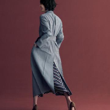 2. すその劇的効果を存分に。軽くてしなやかな超ロング丈のコート