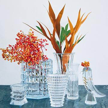 「バカラ」&「スクルツナ」の花器で花もインテリアも華やぐ【フラワーベースの名品図鑑①】